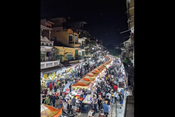 Chợ Đêm Phố Cổ Hà Nội - Một trong những khu vực đông đúc người lui tới nhất vào buổi đêm tại Hà Nội