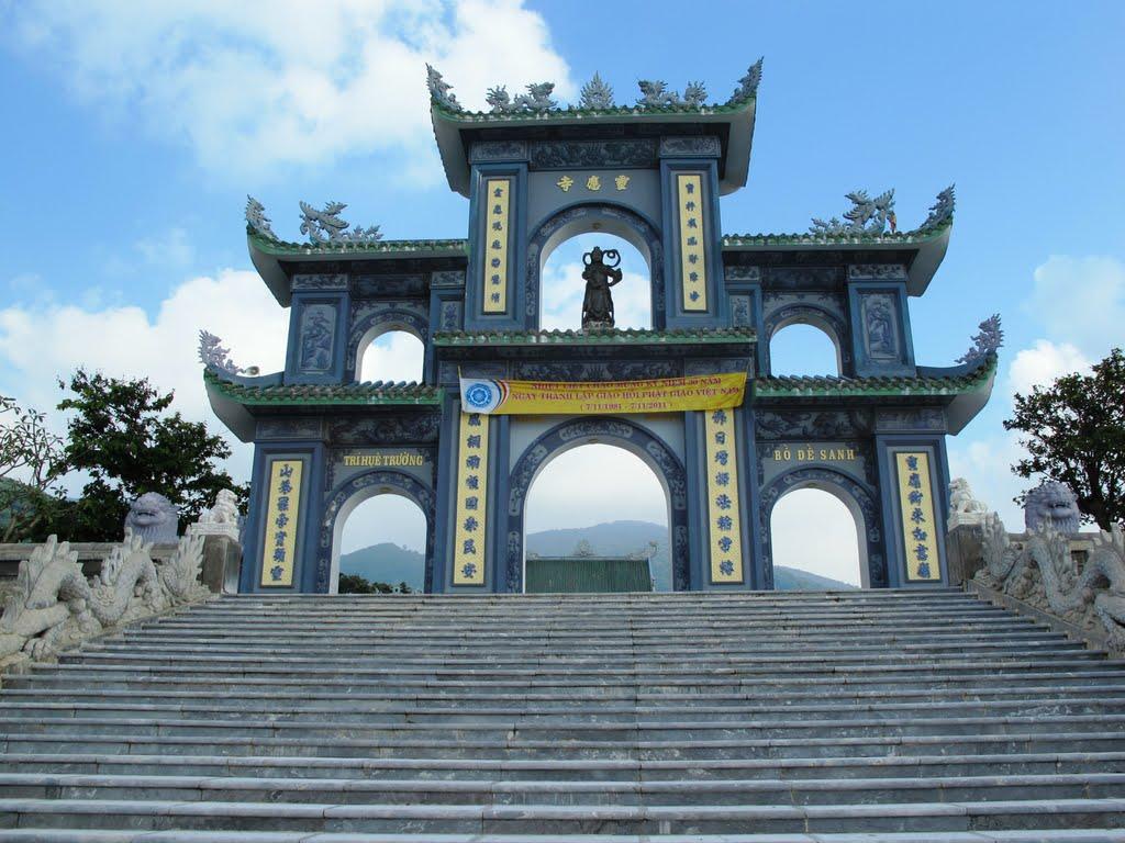 Cổng tam quan tại chùa