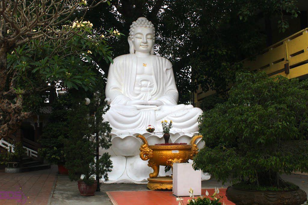 Tượng phật trong khuôn viên chùa