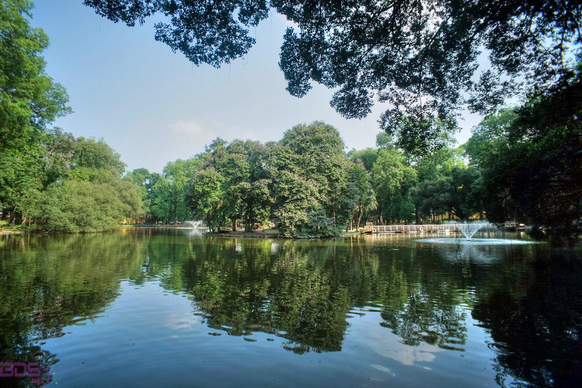 Hồ nước bên trong khuôn viên
