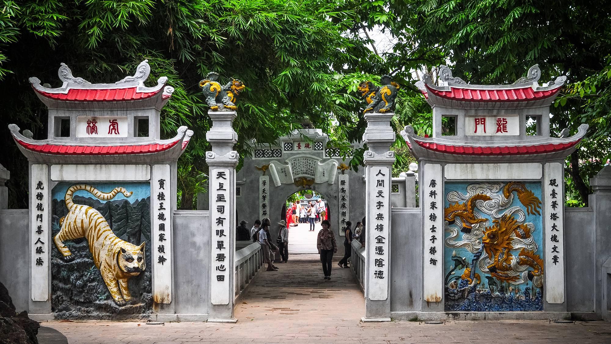 Cổng ngoài hay Nghi Môn
