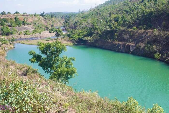 Nước hồ trong xanh
